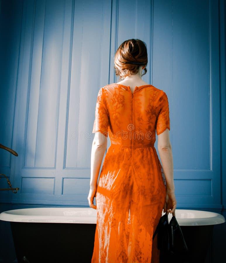 Mujer joven cerca del baño foto de archivo libre de regalías