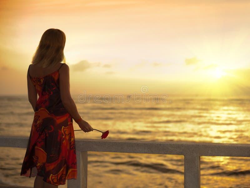 Mujer joven cerca del océano imagen de archivo