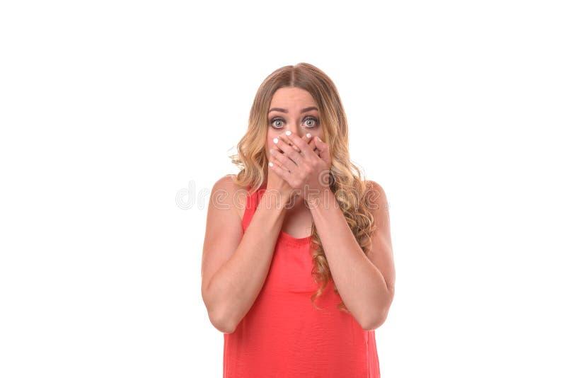 Mujer joven chocada que mira fijamente con los ojos redondos foto de archivo