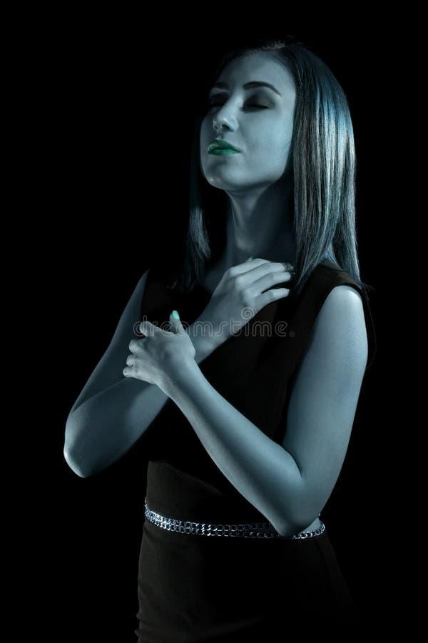 Mujer joven coloreada azul foto de archivo