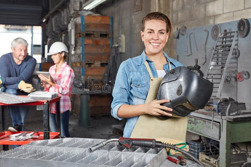 Mujer joven como aprendiz del metalúrgico fotos de archivo libres de regalías