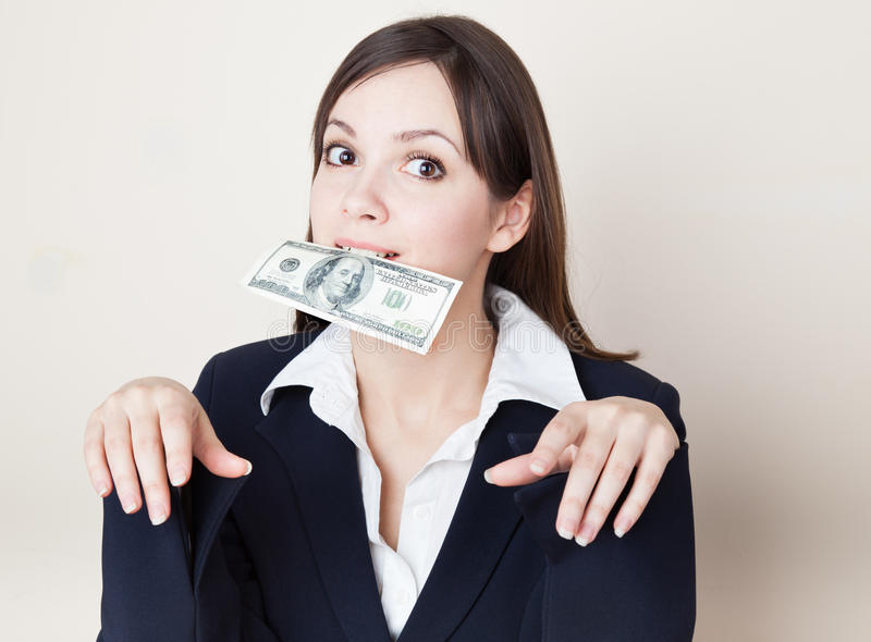 Mujer joven con 100 dólares en su boca