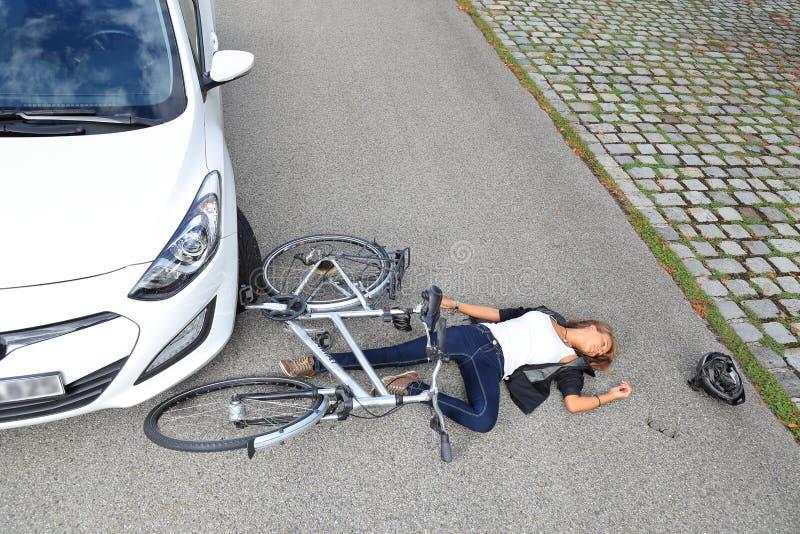 Mujer joven con accidente de la bicicleta fotos de archivo libres de regalías