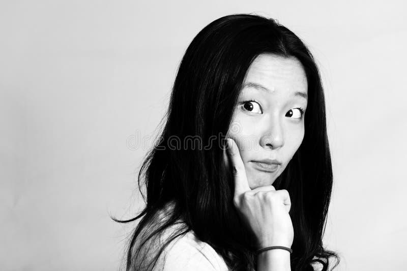 Mujer joven con actitud linda fotografía de archivo