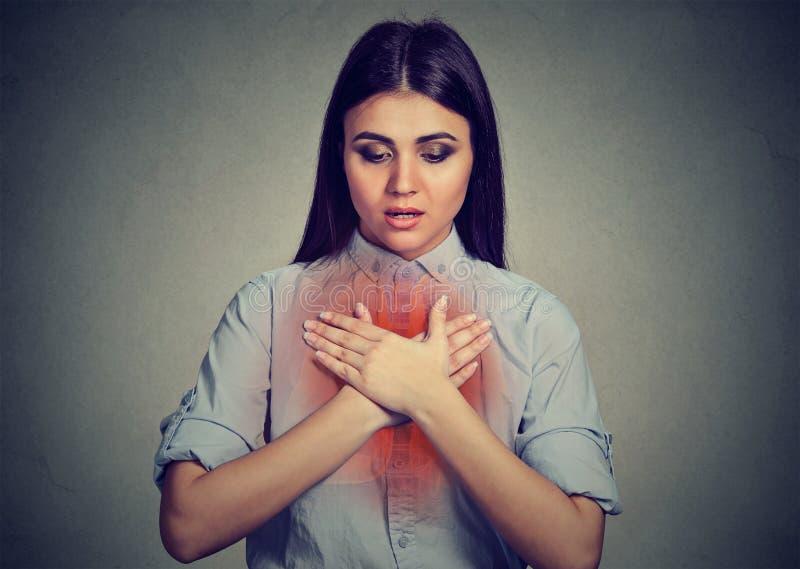 Mujer joven con ataque de asma o problema respiratorio imagenes de archivo
