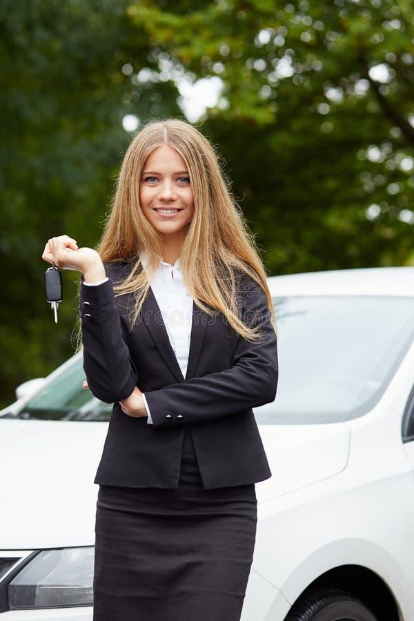 Mujer joven con clave del coche fotos de archivo libres de regalías