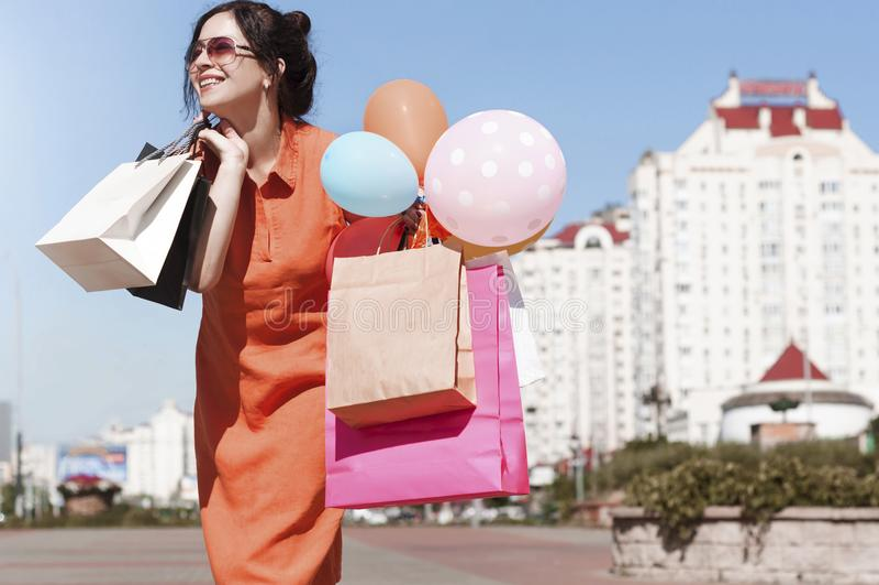 Mujer joven con compras en la calle de la ciudad fotografía de archivo libre de regalías
