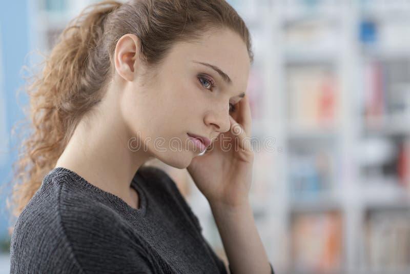 Mujer joven con dolor de cabeza foto de archivo