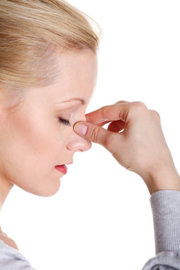 Mujer joven con dolor de la presión del sino imagen de archivo