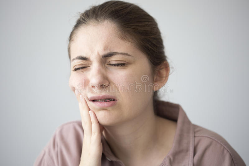 Mujer joven con dolor de muelas foto de archivo libre de regalías