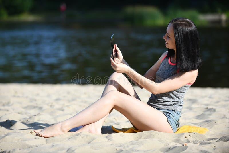 Mujer joven con el artilugio - tableta digital fotografía de archivo