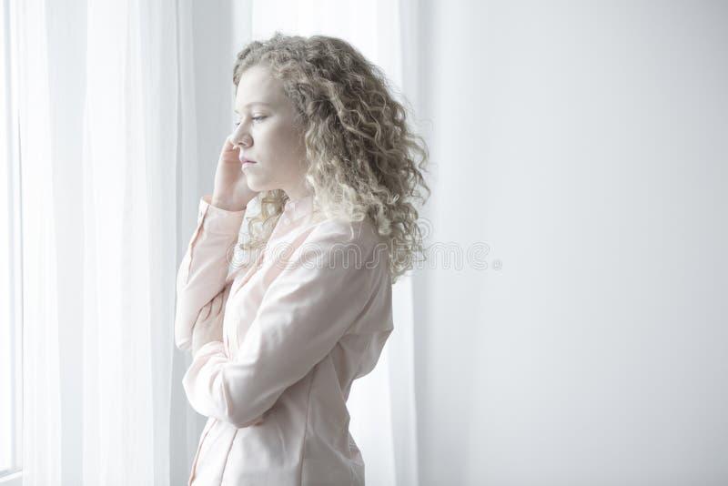 Mujer joven con el ataque de nervios fotografía de archivo libre de regalías