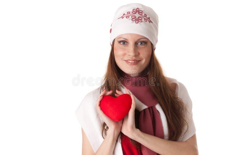 Mujer joven con el corazón rojo en manos imagen de archivo