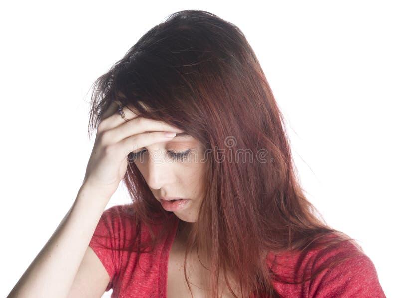 Mujer joven con el dolor de cabeza que se sostiene la frente imagen de archivo libre de regalías