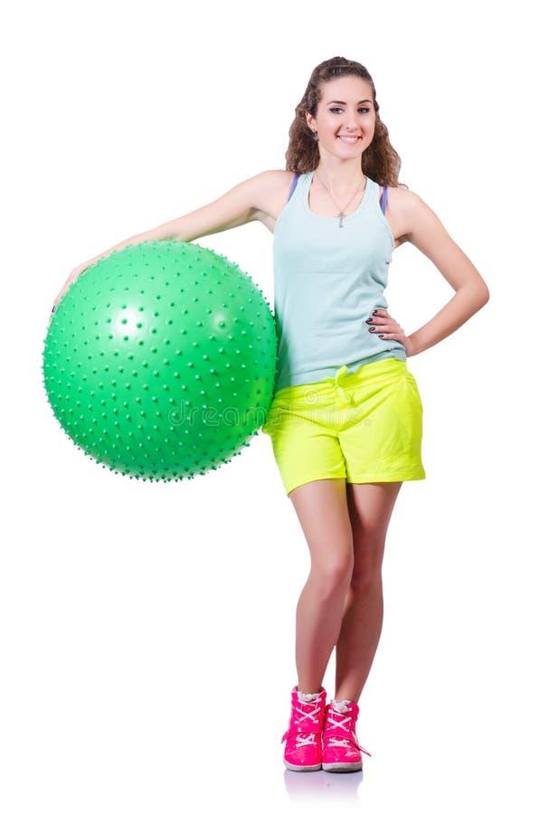 Mujer joven con el ejercicio de la bola
