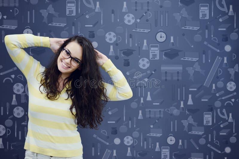 Mujer joven con el fondo con la carta, la flecha y los iconos exhaustos de negocio fotografía de archivo libre de regalías
