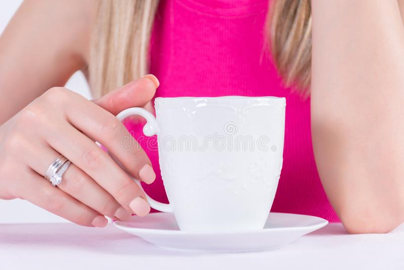 Mujer joven con el gel del pulimento de clavos de la manicura del color y el anillo de diamantes desnudos en el finger fotos de archivo