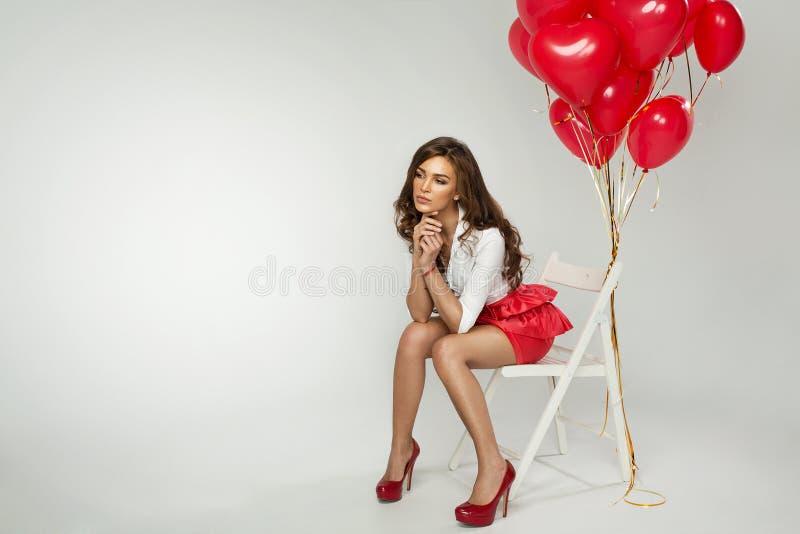 Mujer joven con el globo en Valentine Day foto de archivo