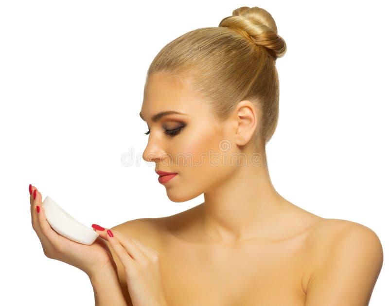 Mujer joven con el jabón imagenes de archivo