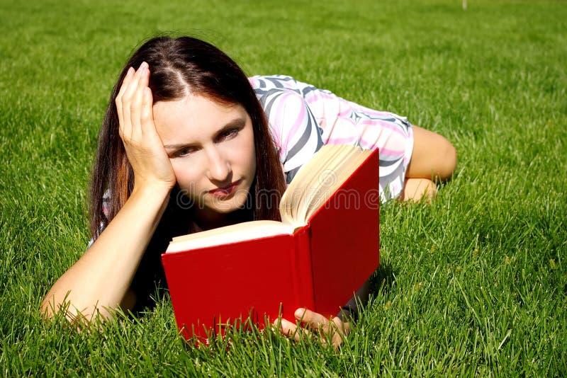 Mujer joven con el libro fotos de archivo