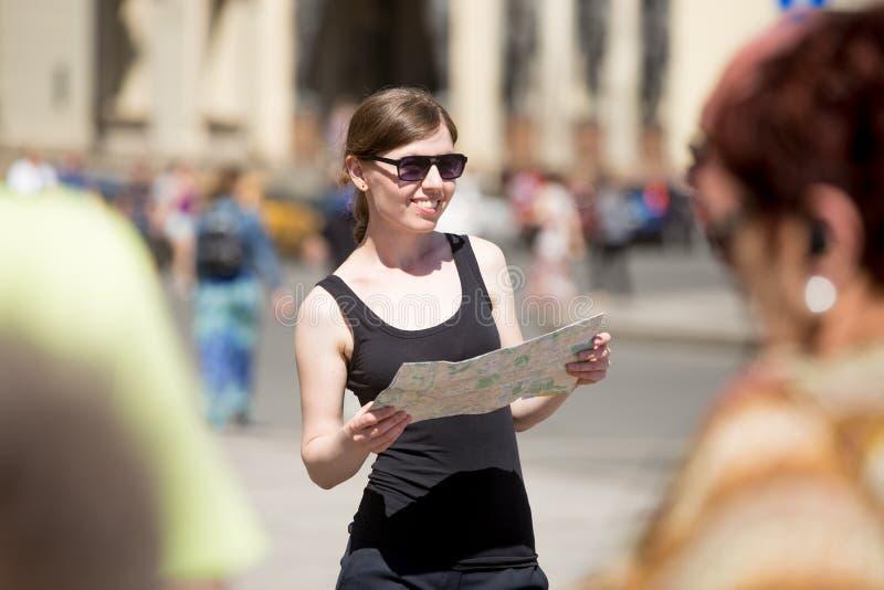 Mujer joven con el mapa en cuadrado apretado fotografía de archivo libre de regalías