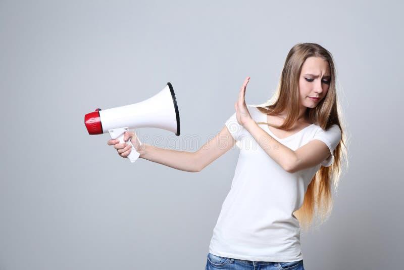 Mujer joven con el megáfono imágenes de archivo libres de regalías