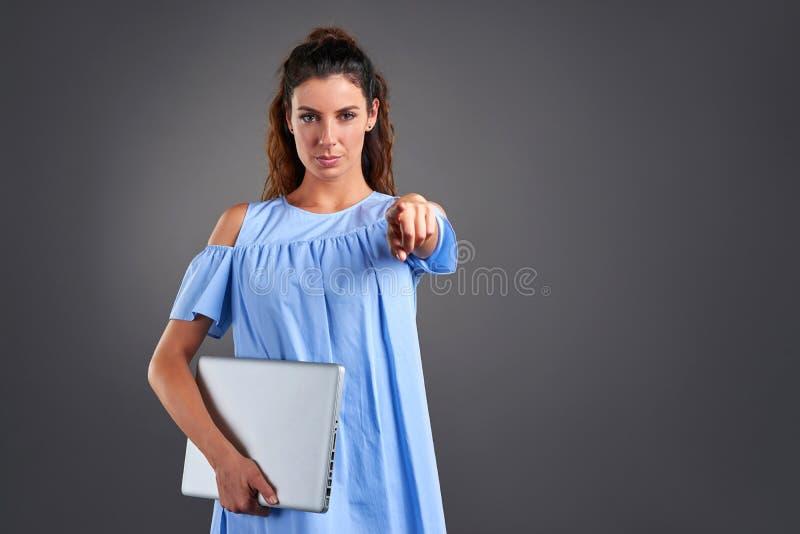 Mujer joven con el ordenador portátil imágenes de archivo libres de regalías