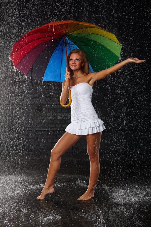 Mujer joven con el paraguas multicolor fotos de archivo libres de regalías