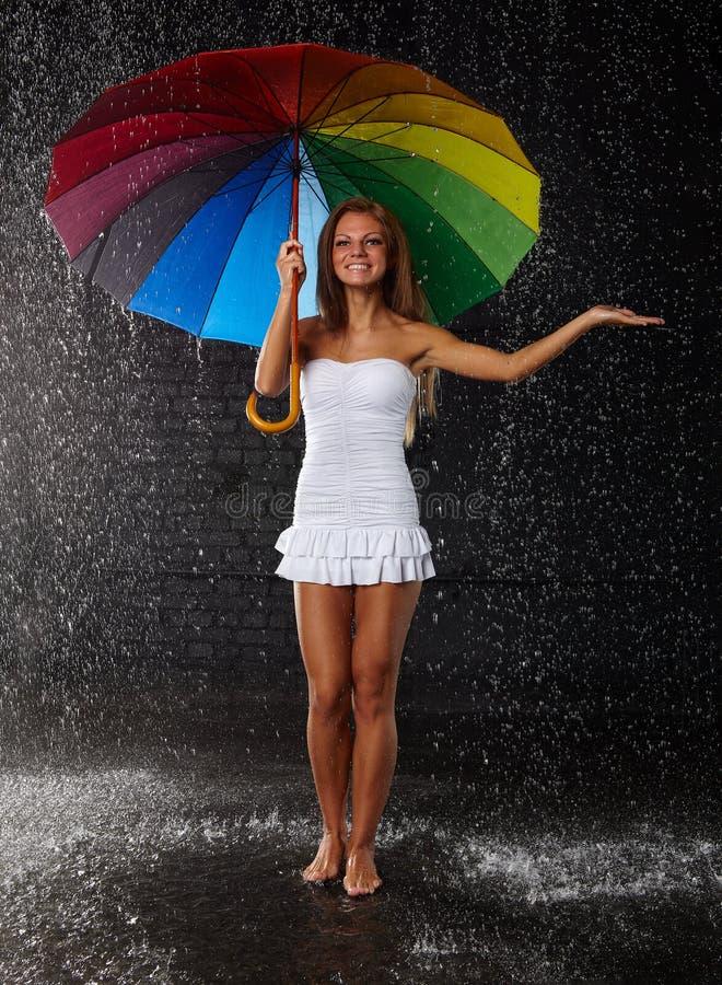 Mujer joven con el paraguas multicolor fotografía de archivo libre de regalías