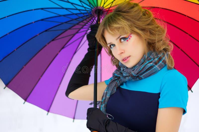 Mujer joven con el paraguas multicolor imágenes de archivo libres de regalías