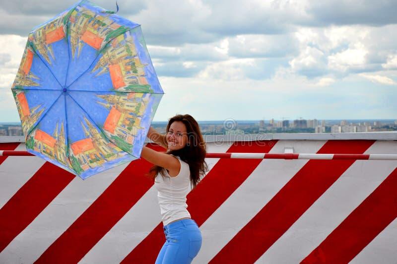 Mujer joven con el parasol imagenes de archivo