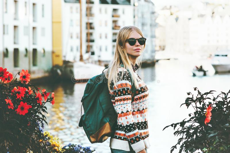 Mujer joven con el paseo de visita turístico de excursión de la mochila foto de archivo