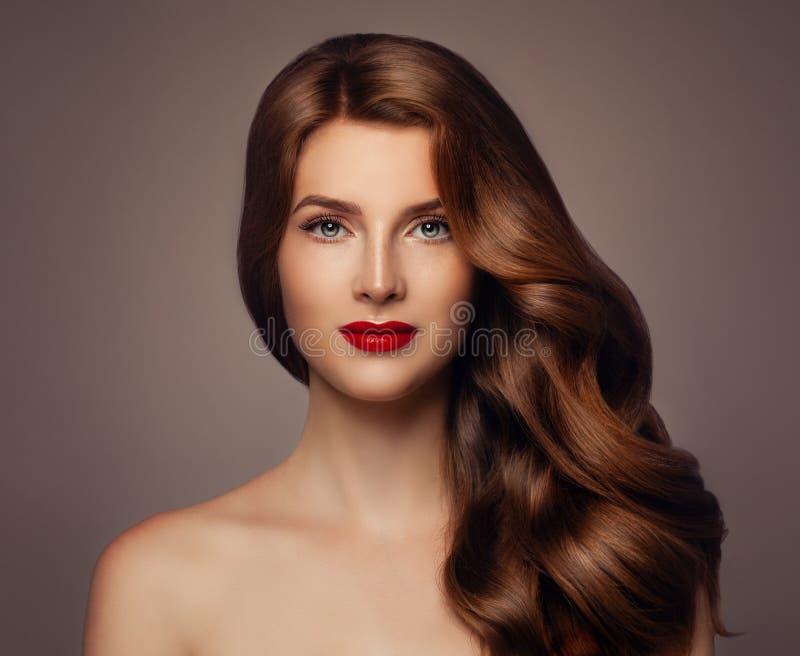 Mujer joven con el peinado ondulado sano largo imagen de archivo libre de regalías