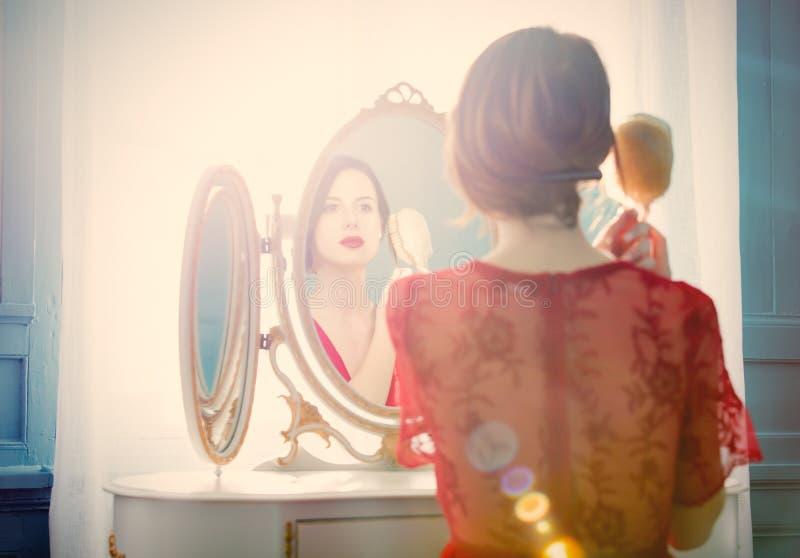 Mujer joven con el peine fotografía de archivo
