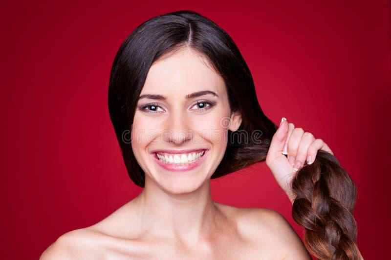 Mujer joven con el pelo fuerte fotografía de archivo