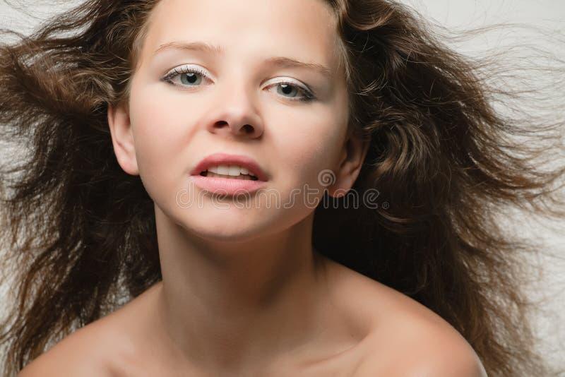Mujer joven con el pelo largo imágenes de archivo libres de regalías
