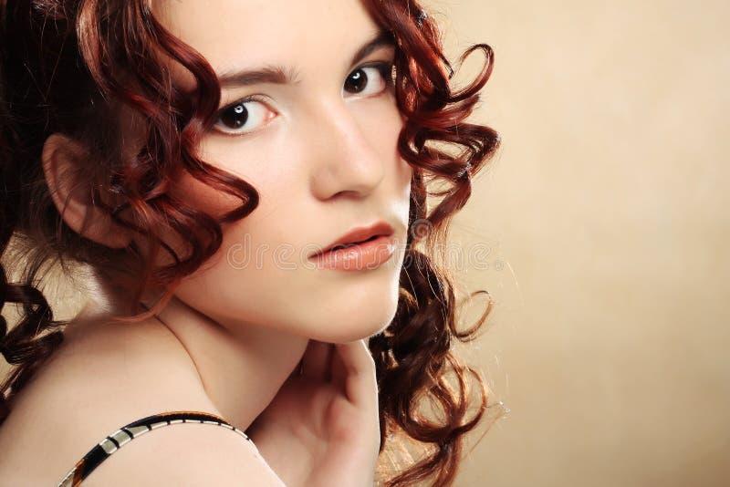 Mujer joven con el pelo rizado foto de archivo