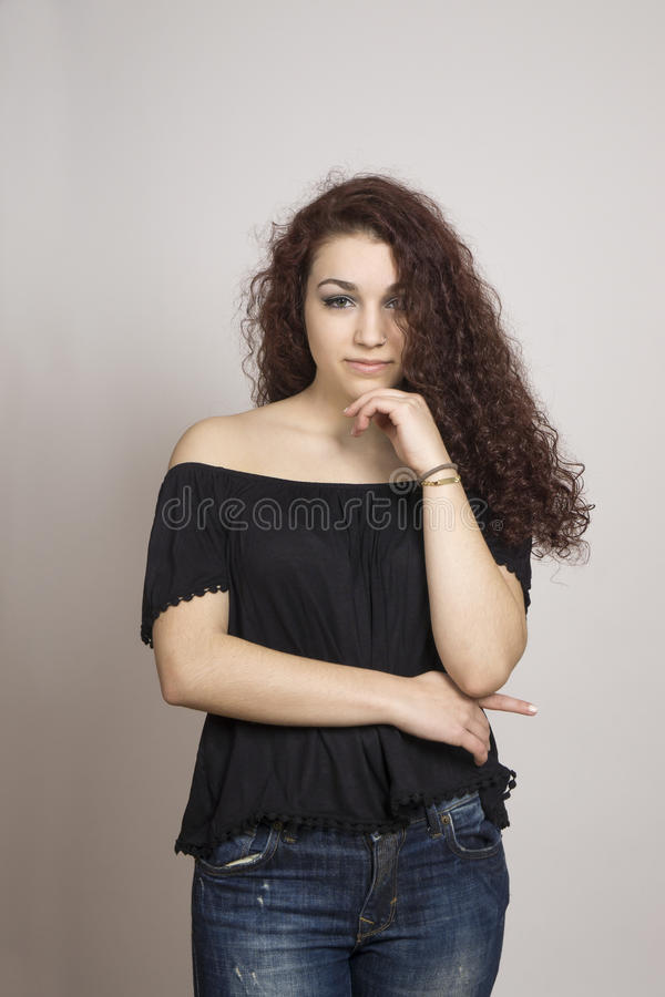 Mujer joven con el pelo rizado imagen de archivo