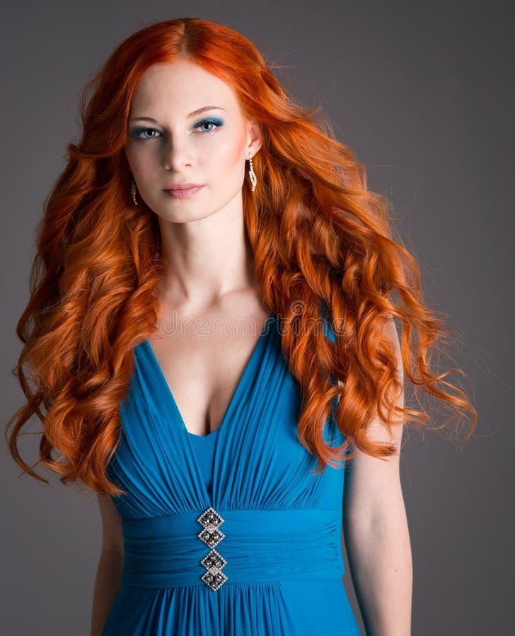 Mujer joven con el pelo rojo fotos de archivo