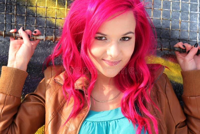Mujer joven con el pelo rosado foto de archivo libre de regalías