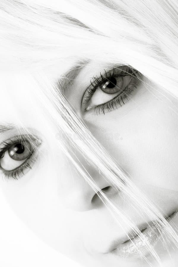 Mujer joven con el pelo rubio fotos de archivo