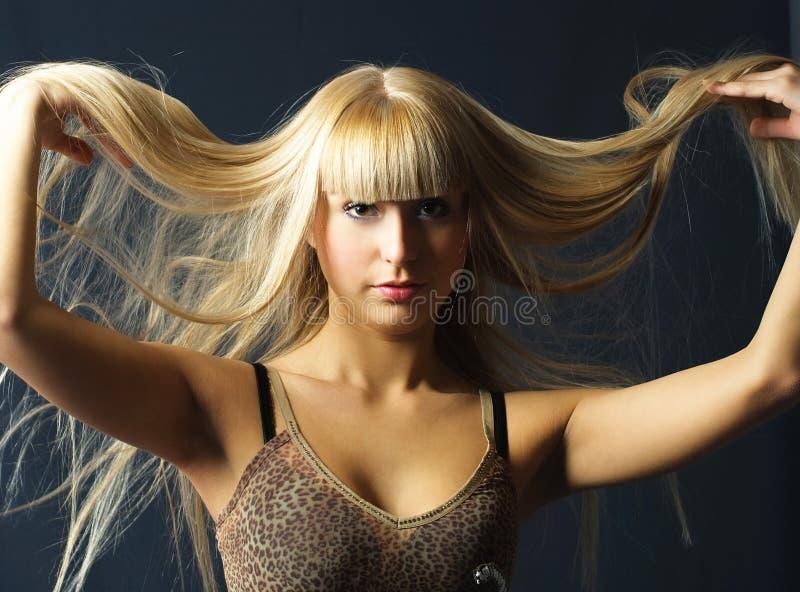 Mujer joven con el pelo rubio largo lujoso foto de archivo libre de regalías
