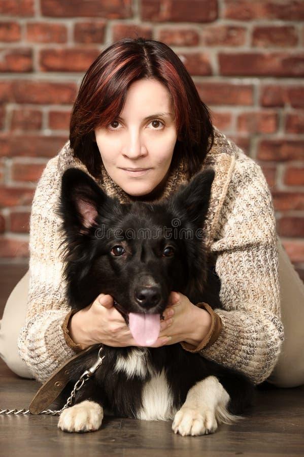 Mujer joven con el perro fotos de archivo libres de regalías