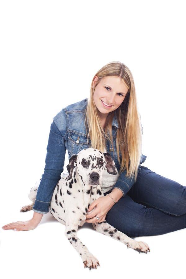 Mujer joven con el perro dálmata imagenes de archivo