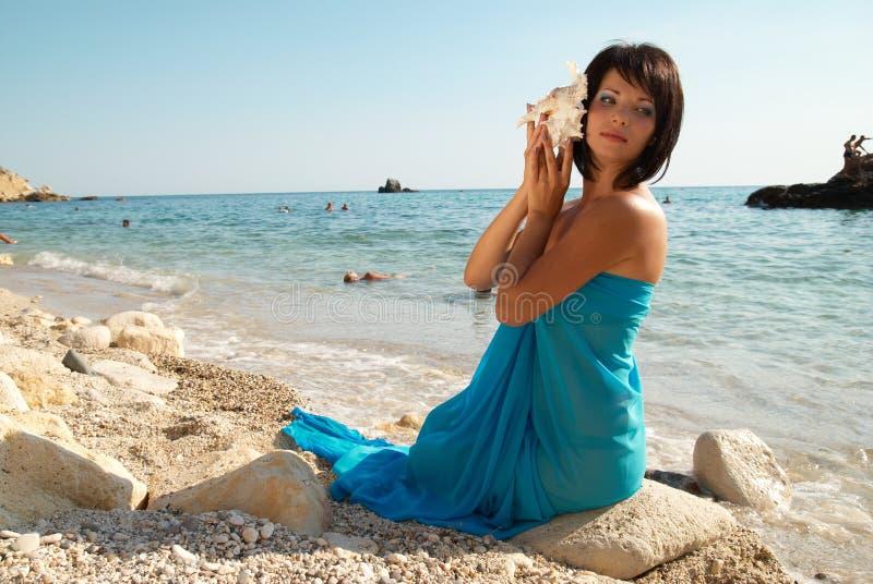 Mujer joven con el seashell imagenes de archivo
