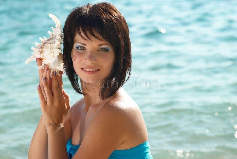 Mujer joven con el seashell fotografía de archivo