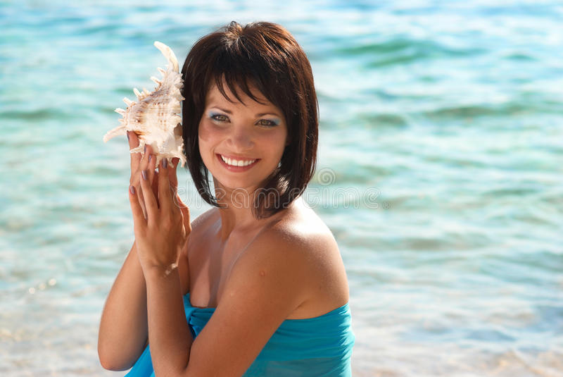 Mujer joven con el seashell fotos de archivo libres de regalías