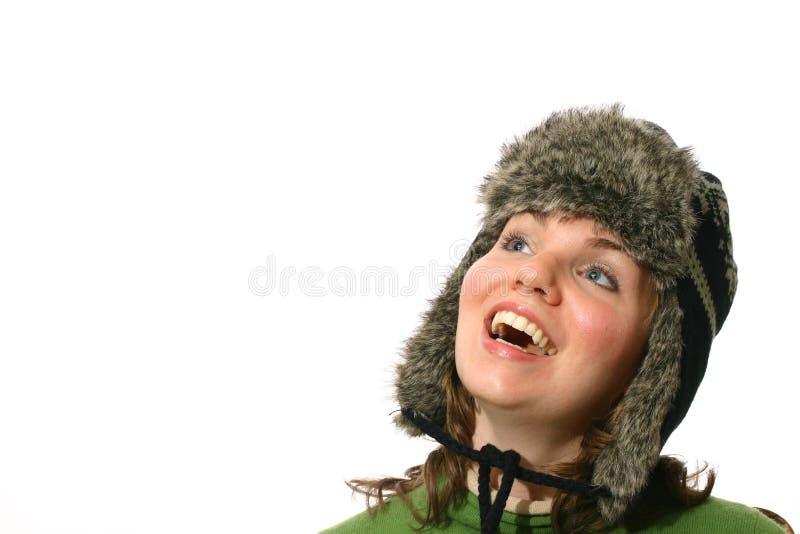 Mujer joven con el sombrero del invierno imagenes de archivo