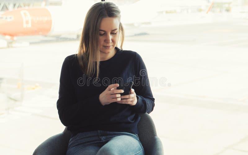 Mujer joven con el tel?fono m?vil imagenes de archivo