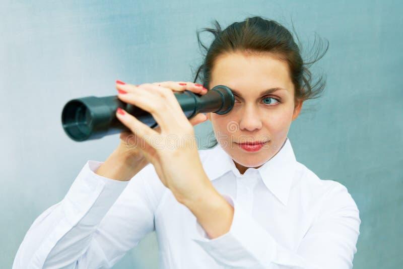 Mujer joven con el telescopio fotos de archivo